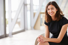 Retrato do assento asiático novo da mulher de negócios da raça misturada Fotos de Stock Royalty Free
