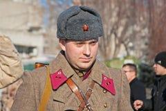 Retrato do ator vestido como o soldado soviético do russo da segunda guerra mundial na reconstrução da captação do marechal de ca Foto de Stock Royalty Free