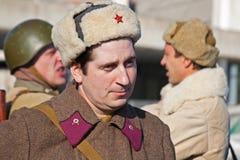 Retrato do ator vestido como o soldado soviético do russo da segunda guerra mundial na reconstrução da captação do marechal de ca Imagens de Stock