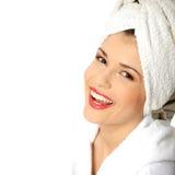 Retrato do bathrobe desgastando da mulher bonita nova Foto de Stock