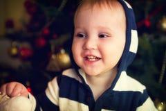 Retrato do bebé na frente da árvore de Natal Fotos de Stock Royalty Free