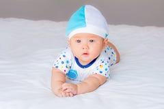 Retrato do bebê adorável na cama em minha sala Fotografia de Stock