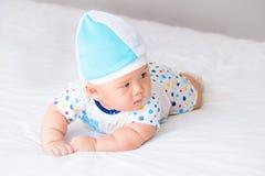 Retrato do bebê adorável na cama em minha sala Fotografia de Stock Royalty Free