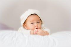 Retrato do bebê adorável na cama em minha sala Foto de Stock