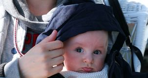Retrato do bebê bonito com a capa azul em sua cabeça video estoque