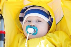 Retrato do bebê com o manequim dos babys no transporte amarelo Imagem de Stock Royalty Free