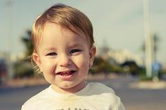 Retrato do bebê de olhos azuis bonito exterior Imagens de Stock Royalty Free
