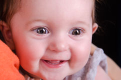 Retrato do bebê de seis meses nas mãos da mãe Fotografia de Stock