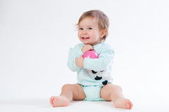 Retrato do bebê de sorriso isolado no fundo branco Fotografia de Stock Royalty Free