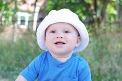 Retrato do bebê de sorriso no chapéu branco Fotografia de Stock Royalty Free