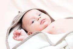 Retrato do bebê do bebê de dois meses com toalha Fotografia de Stock