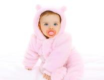 Retrato do bebê doce com a chupeta em macacões macios Fotografia de Stock