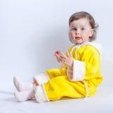 Retrato do bebê encantador no macaquinho amarelo do bebê com capa imagens de stock royalty free