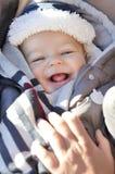 Retrato do bebê pequeno bonito de sorriso que veste o chapéu morno do inverno Fotos de Stock Royalty Free