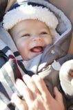 Retrato do bebê pequeno bonito de sorriso que veste o chapéu morno do inverno Fotografia de Stock Royalty Free
