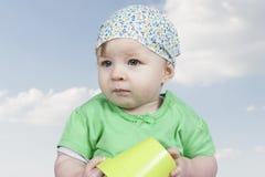 Retrato do bebê pequeno, céu com nuvens fotografia de stock