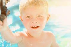 Retrato do bebê que aprecia que nada na associação inflável fotos de stock