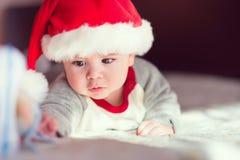 Retrato do bebê pequeno bonito no chapéu vermelho de Santa Claus Fotos de Stock Royalty Free