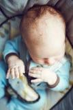 Retrato do bebê pequeno de sono do Caucasian branco adorável bonito recém-nascido na roupa azul que senta-se na cadeira do balanç Imagem de Stock Royalty Free