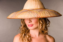 Retrato do blonde de tentação em um chapéu Imagens de Stock Royalty Free