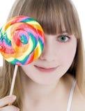 Retrato do blonde feliz com lollipop da cor foto de stock royalty free
