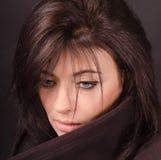 Retrato do brunette em uma obscuridade Foto de Stock Royalty Free