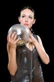 Retrato do brunette novo com uma esfera do espelho Fotos de Stock Royalty Free