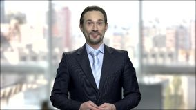 Retrato do businesssman caucasiano de meia idade amigável vídeos de arquivo
