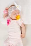 Retrato do busto de dois meses de menina de sono Imagens de Stock