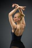 Retrato do busto do dançarino de bailado da dança com mãos acima fotos de stock royalty free