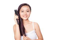 Retrato do cabelo maravilhoso da escova bonita da jovem mulher isolado no fundo branco, beleza asiática Fotografia de Stock