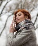 Retrato do cabelo vermelho do lwith novo bonito do gir no outono Fotografia de Stock Royalty Free