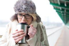 Retrato do café bebendo da mulher do recipiente de bebida isolado durante o inverno Fotografia de Stock Royalty Free