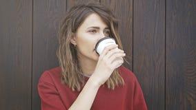 Retrato do café bebendo da mulher nova Fotografia de Stock