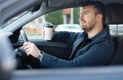 Retrato do café bebendo do homem ao conduzir o carro Fotografia de Stock Royalty Free