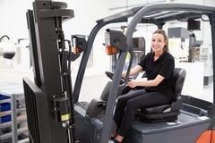 Retrato do camionista fêmea In Factory da empilhadeira foto de stock royalty free