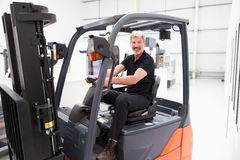Retrato do camionista masculino In Factory da empilhadeira imagem de stock
