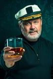 Retrato do capitão ou do homem idoso do marinheiro na camiseta preta foto de stock royalty free