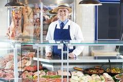 Retrato do carniceiro Standing Behind Counter imagem de stock royalty free