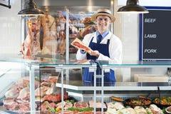 Retrato do carniceiro Standing Behind Counter imagens de stock