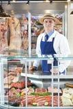 Retrato do carniceiro Standing Behind Counter fotografia de stock