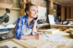 Retrato do carpinteiro alegre com Smartphone Imagens de Stock