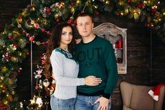 Retrato do casal feliz no Natal fotos de stock