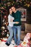 Retrato do casal feliz no Natal imagem de stock