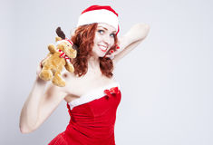 Retrato do Caucasian Santa Helper com presente de Natal Foto de Stock Royalty Free