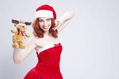 Retrato do Caucasian Santa Helper com presente de Natal nas mãos Imagem de Stock