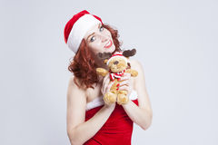 Retrato do Caucasian Santa Helper com presente de Natal nas mãos Sobre o fundo branco Imagens de Stock