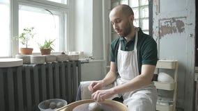 Retrato do ceramist masculino, que está começando seu trabalho no estúdio brilhante vídeos de arquivo