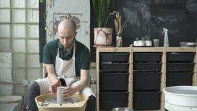 Retrato do ceramist masculino, que está trabalhando na caneca no estúdio brilhante video estoque