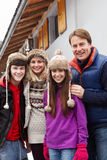 Retrato do chalé exterior ereto da família imagem de stock royalty free